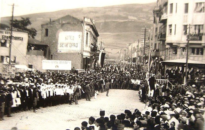 "Narodni zbor u centru Skoplja kod hotela ""Beli Orao"", verovatno povodom neke sokolske svečanosti ili sleta. Foto:Wikimedia Commons/The State Archives of the Republic of Macedonia (DARM)"