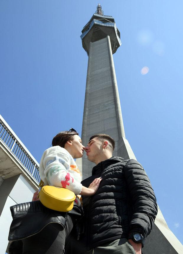 Mnoge ljubavi rađaju su ispod tornja na Avali / Foto Dragan Milovanović