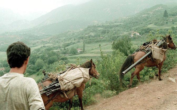 Krijumčarenje oružja preko albansko-jugoslovenske granice 1998. godine (Foto EPA/Loisa Gouliamaki)