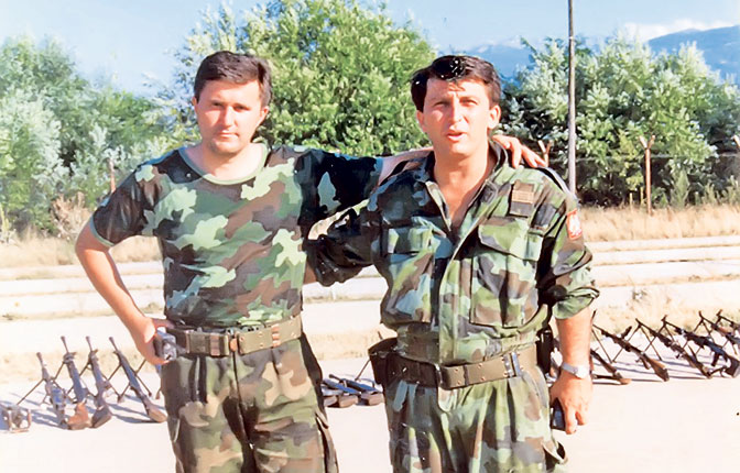 Major Duško Šljivančanin i kapetan prve klase Aleksandar Grbović sa oružjem zaplenjenim na granici u avgustu 1998. (Foto lična arhiva)