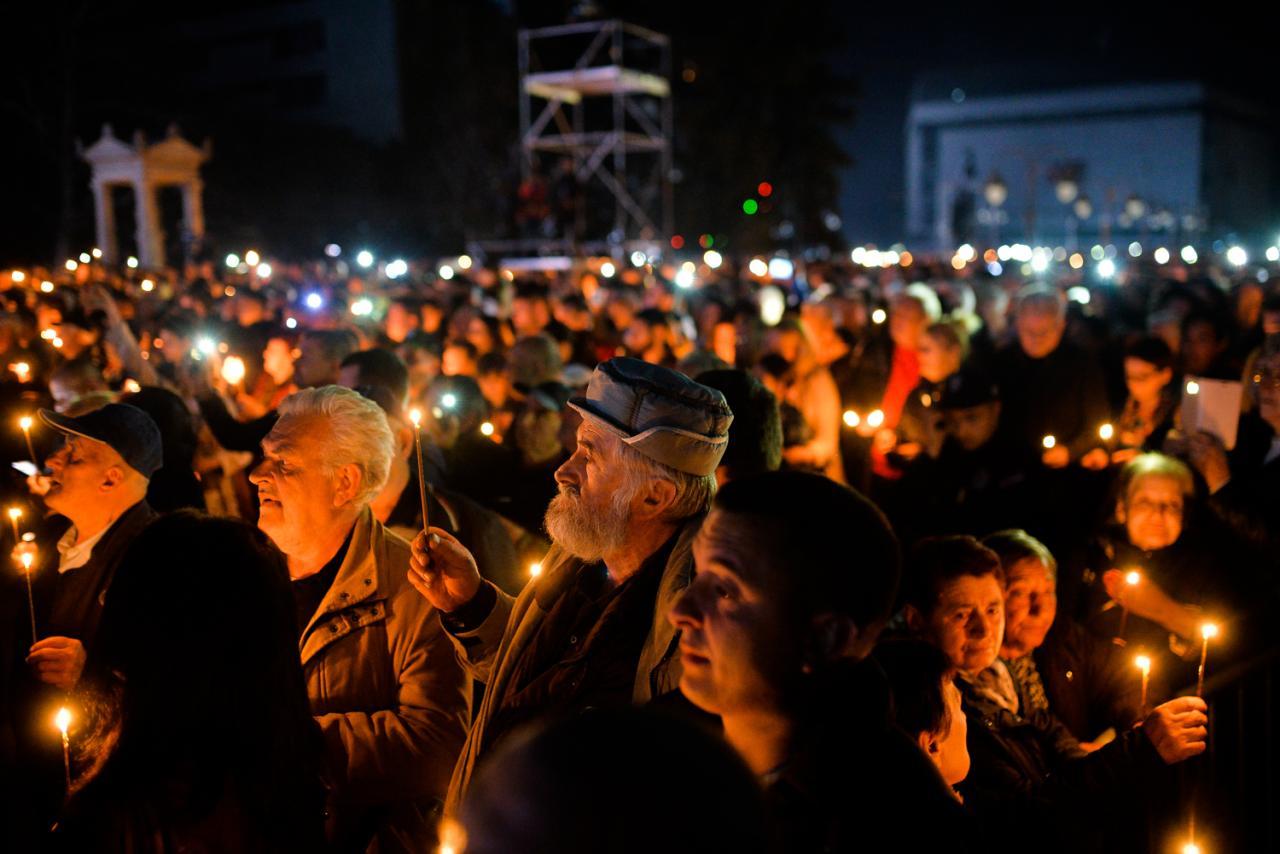 Građani sa upaljenim svećama na obeležavanju dvadesete godišnjice NATO agresije, Niš, 24. mart 2019. (foto: Vanja Keser/Južne vesti)
