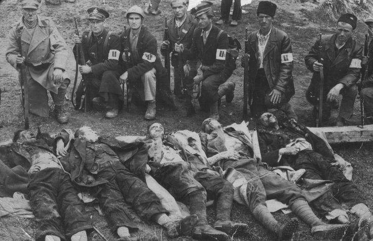Ustaše se slikaju pored ubijenih Srba