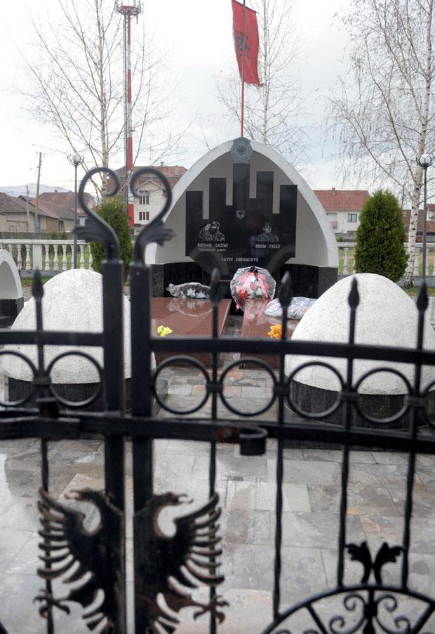 Spomenik Ridvanu Ćazimiju u Velikom Trnovcu / Foto P. Milošević