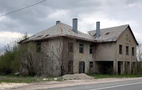 Ulaz u Medak, porušene kuće