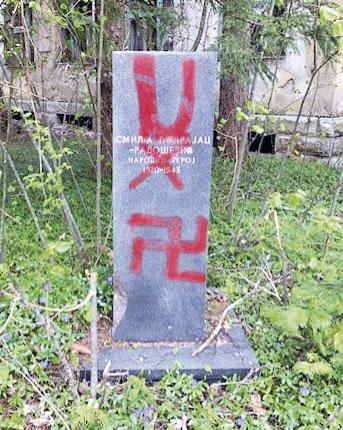 """Slovo """"U"""" na spomeniku"""