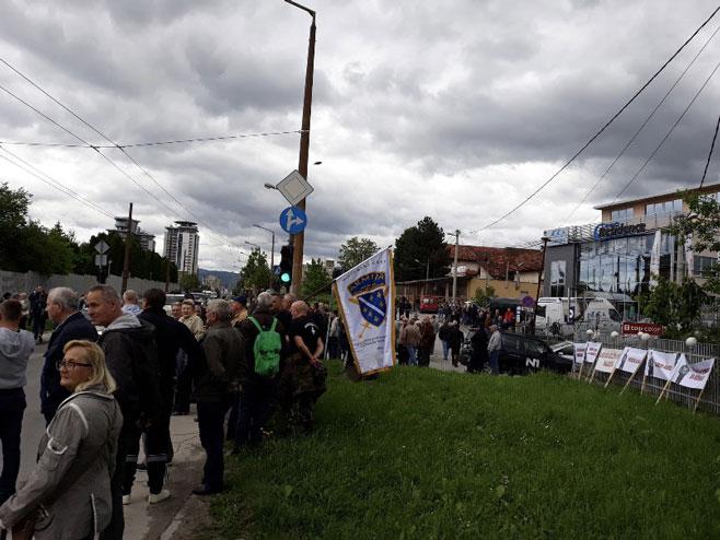 Ratna zastava Armije BiH na skupu Foto: RTRS
