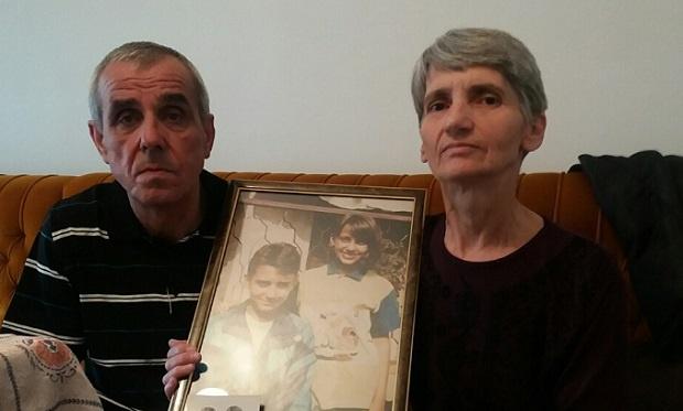 foto D.Zečević / Roditelji sa slikom nastradale dece