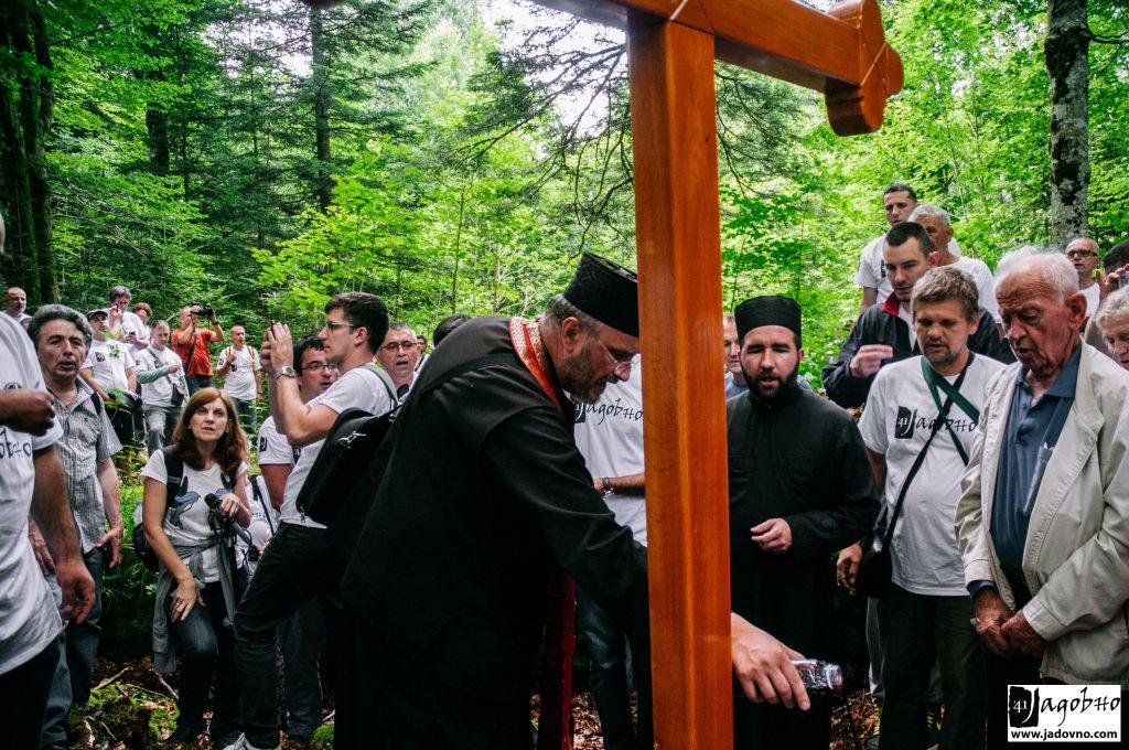 Часни крст над бетонском плочом покривеној јами. ФОТО: Никола Зајц