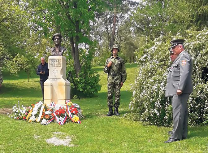 Vojna počast ratniku kraj spomenika u Kamenici