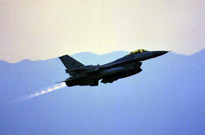 Poletanje aviona F-16 iz baze Avijano u Italiji (Foto EPA/Stringer)
