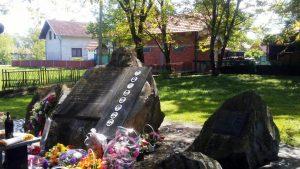 spomen-obilježje u porti Crkve Svete Trojice u naselju Liješće Foto: SRNA