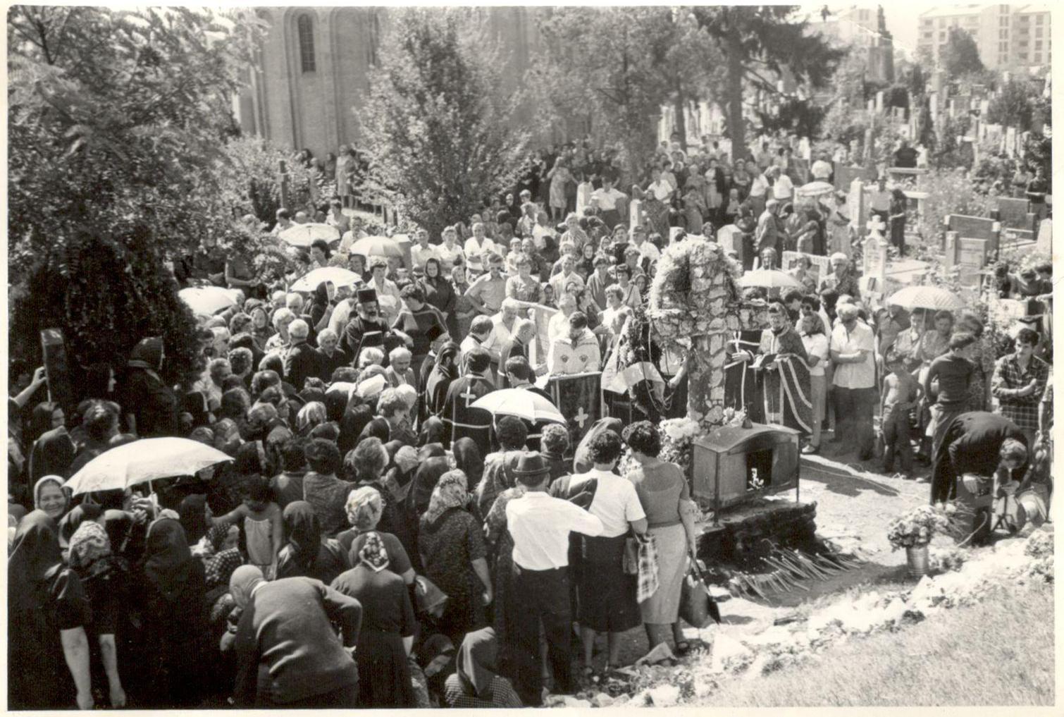 Građani okupljeni na pomenu stradalima na Starom pravoslavnom groblju u Sremskoj Mitrovici, 1979. godina