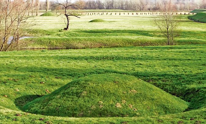Humke masovnih grobnica u Jasenovcu (Foto R. Krstinić)