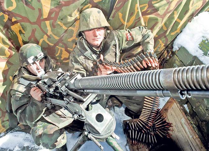 Војници у околини Јуника у марту 1999. године (Фото ЕПА/Мома Дабић)