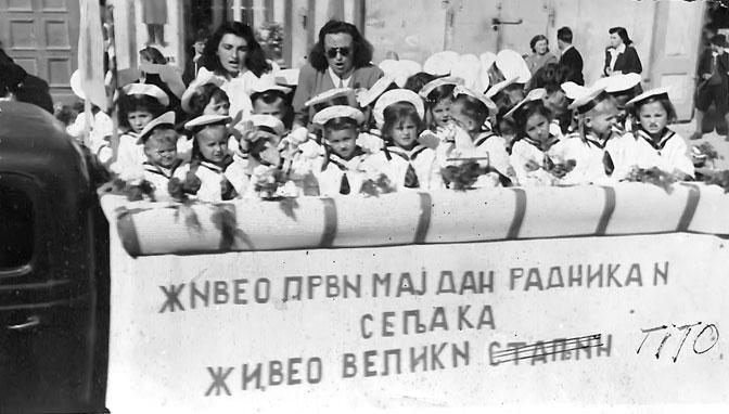 Mališan greškom pozdravlja dok preneražene vaspitačice reaguju (Foto Istorijski muzej Pančevo)