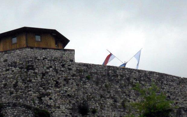Nepoznata zastava (desno) na dobojskoj tvrđavi pre uklanjanja Foto Lj. Đ.