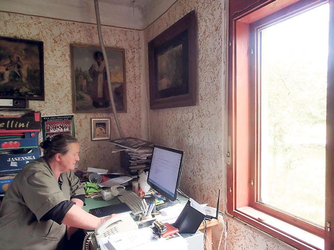 Vera Sekulić za svojim radnim stolom (Foto O. Janković)