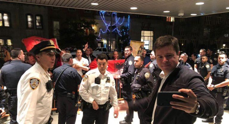 Албански протести против пројекције филма ,,Тежина ланаца 3″ у Њујорку. Полиција штитила нашег редитеља Бориса Малагурског