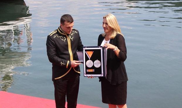 PRIZNANjE Predsednica RS Željka Cvijanović uručuje medalju zasluga Novici Motiki
